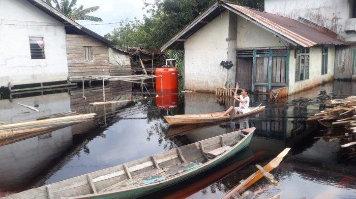 Warga Desa Pasir Mempawah Gunakan Perahu untuk Beraktivitas Akibat Banjir
