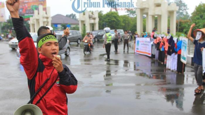 Berikut Foto-foto Saat Sejumlah Aktivis Gelar Aksi di Bundaran Untan - sejumlah-aktivis_20161021_003752.jpg