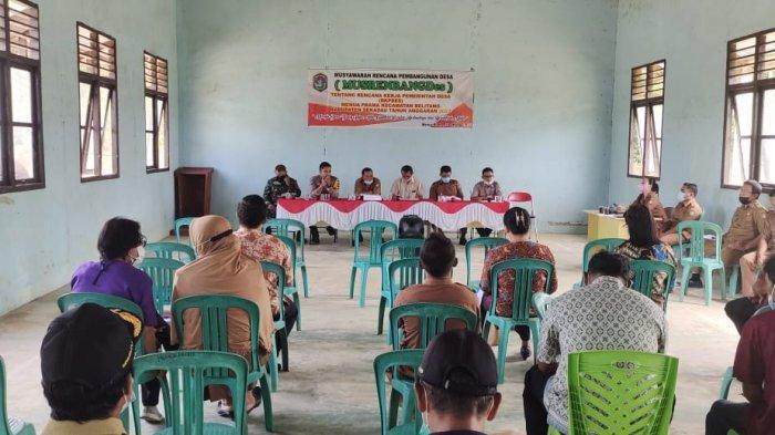 Hadiri Musrenbangdes, Bhabinkamtibmas Polsek Belitang Ajak Masyarakat Sukseskan Pembangunan Desa