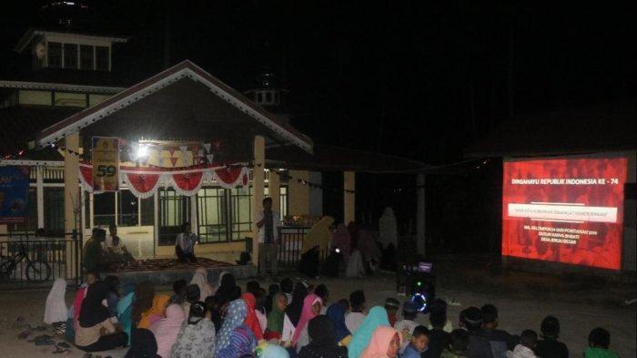 Mahasiswa KKL Gelar Nonton Bareng Film Inspiratif pada Malam Penutupan Lomba di Dusun Karya Bhakti