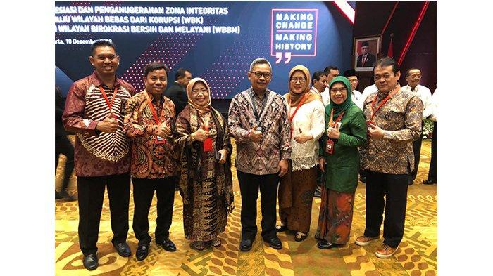SMK SMTI Pontianak Raih Penghargaan Wilayah Bebas Korupsi (WBK) dari Kementerian PANRB - sekjen-kemenperin-kepala-smk-smti-pontianak.jpg