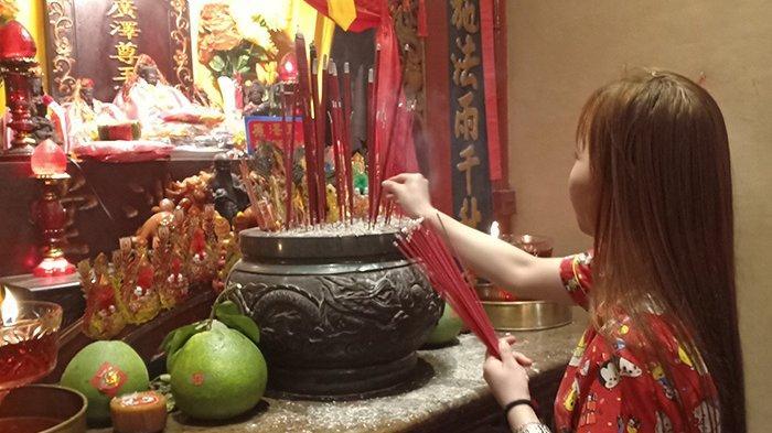 Sambut Tahun Baru Imlek 2571, Umat Sembahyang di Vihara Tri Dharma Bumi Raya Singkawang