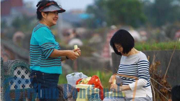 Kisah Warga Tionghoa Singkawang Jalankan Tradisi Sembahyang Kubur di Tengah Wabah Covid-19