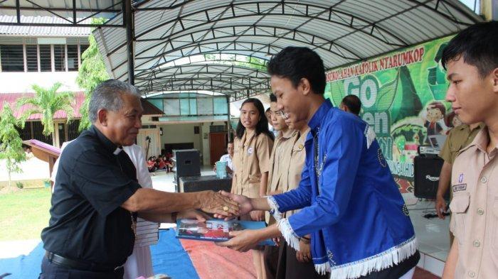 Seminaris SMA Santo Paulus Nyarumkop Berikan Beasiswa Prestasi