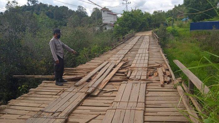 Personel Polsek Semitau Polres Kapuas Hulu Cek Jembatan Rusak, Ini Imbauannya kepada Masyarakat
