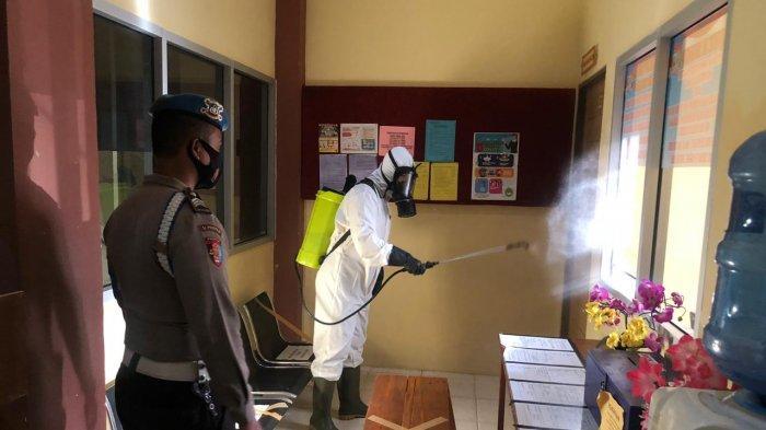 Polres Kayong Utara Rutin Laksanakan Penyemprotan Disinfektan Antisipasi Covid-19