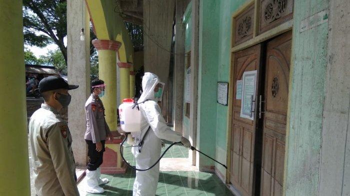 Kapolres Melawi AKBP Sigit Eliyanto Nurharjanto, memimpin langsung penyemprotan disinfektan ke tempat ibadah dan fasilitas umum di Melawi, jelang Natal dan Tahun Baru, Senin 21 Desember 2020