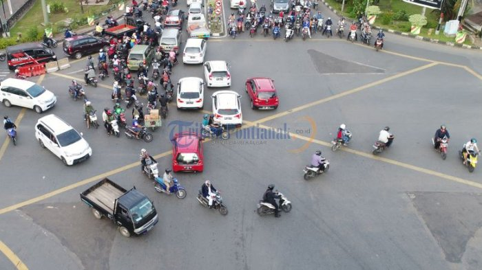 Lalu Lintas Semrawut di Persimpangan Jalan Pahlawan - Jalan Tanjungpura - semrawut_20171020_004453.jpg