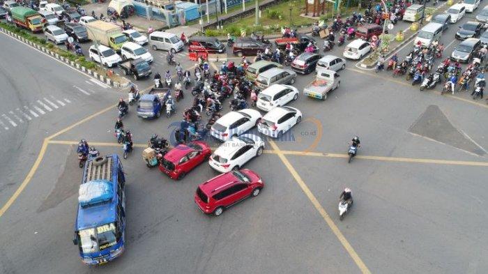 Lalu Lintas Semrawut di Persimpangan Jalan Pahlawan - Jalan Tanjungpura - semrawut_20171020_004737.jpg