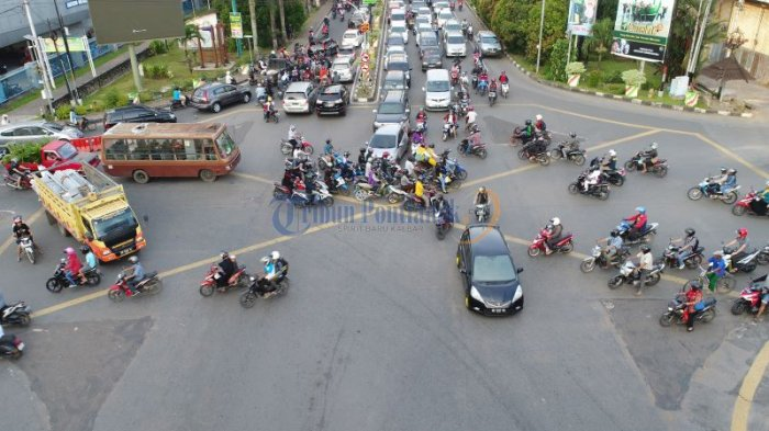 Lalu Lintas Semrawut di Persimpangan Jalan Pahlawan - Jalan Tanjungpura - semrawut_20171020_004853.jpg