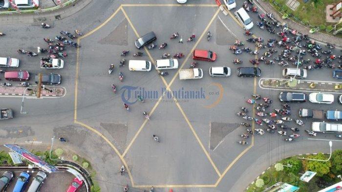 Lalu Lintas Semrawut di Persimpangan Jalan Pahlawan - Jalan Tanjungpura - semrawut_20171020_004901.jpg