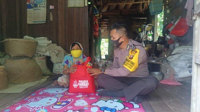 Bhabinkamtibmas Desa Seburing salurkan bantuan serta menghimbau masyarakat untuk selalu menggunakan masker dan menerapkan protokol kesehatan dalam mencegah penyebaran covid-19, Jumat 10 September 2021.