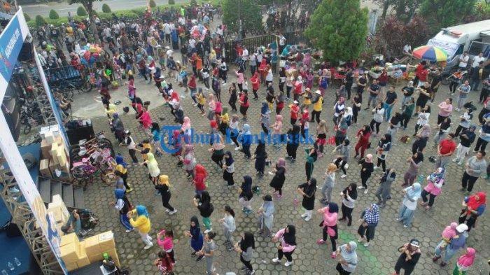 FOTO: Keseruan Peserta Senam Zumba Harhubnas 2019 di Taman Budaya Pontianak - senam-zumba-dalam-peringatan-harhubnas-2019-4.jpg