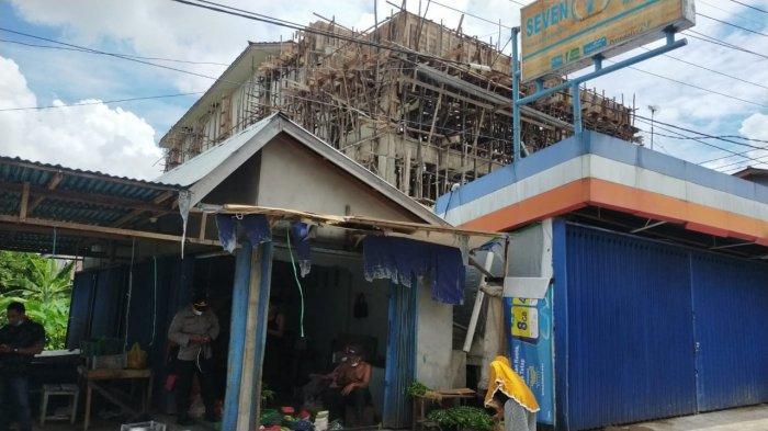 Minimarket tempat Ade Nizar Maulana melakukan aktivitas bekerja sebagai pekerja bangunan, di  Kecamatan Sungai Raya, Kabupaten, Kubu Raya, Senin 6 September 2021.