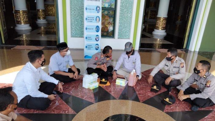 Kunjungi Pengurus Masjid Al-Ikhlas, Kasat Binmas Polres Ketapang Beri Imbauan Prokes SalatIdul Adha