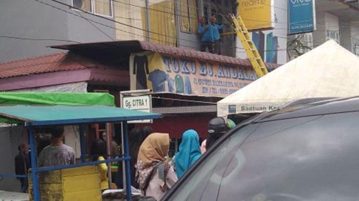 BREAKING NEWS - Seorang Pria Kesetrum di Pasar Sambas, Terpaksa Dilarikan ke Rumah Sakit