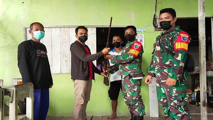 Warga Kapuas Hulu Serahkan Senjata Rakitan ke TNI