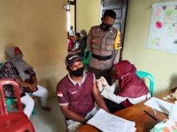 Warga Desa Durian Sebatang Kayong Utara Antusias Ikut Vaksinasi Massal