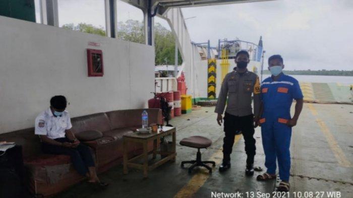 Personel Polsek Paloh Sambangi Petugas Penyeberangan Feri, Ajak Edukasikan Pencegahan Covid-19