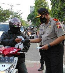 Serdik Sespimmen Angkatan 61 Kalbar Berbagi Masker dan Kakjil pada Pengendara