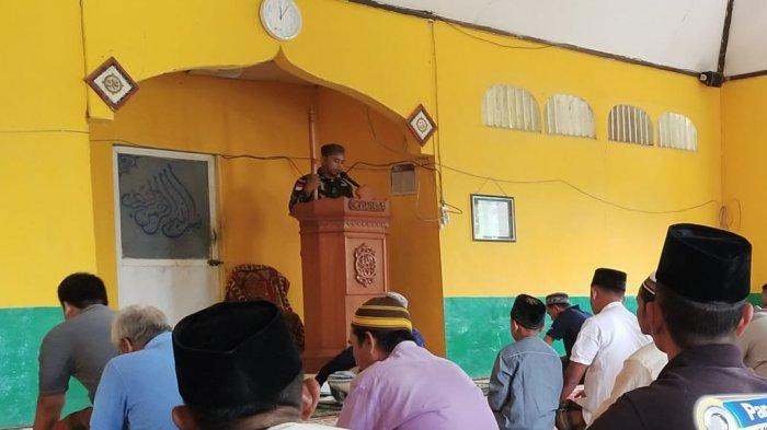 Jadi Khatib di Masjid Perbatasan Sekayam, Ini Yang Disampaikan Sertu Khairil