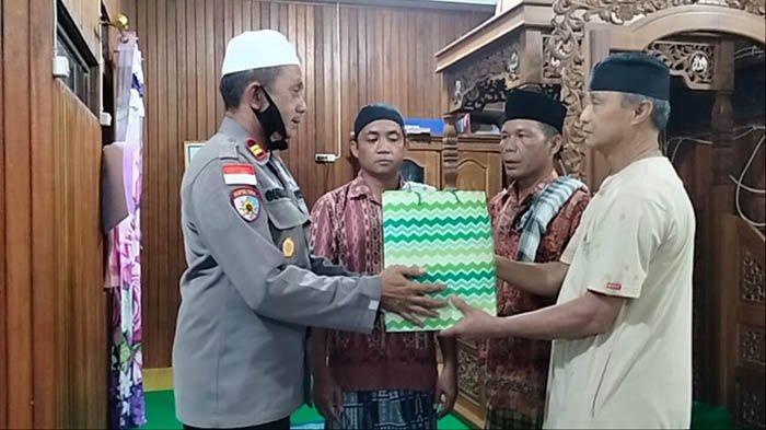 Polsek Mentebah Serahkan Bantuan Alquran ke Masjid