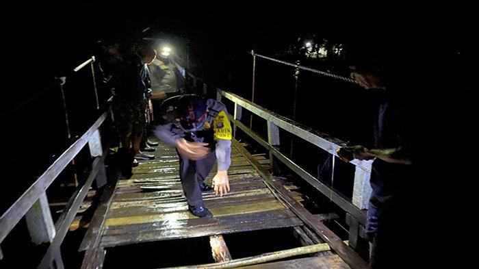 BREAKING NEWS - Papan Jembatan Gantung di Melawi Patah, Lansia Terperosok dan Hilang di Sungai