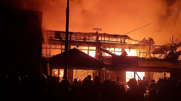 DENTUMAN Keras di Atap Ruko yang Terbakar, Damkar Berjibaku Padamkan Api di Dekat Terminal Mempawah