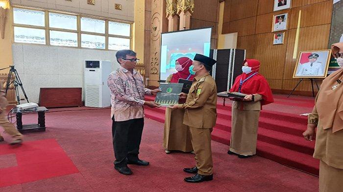 Bupati Atbah Serahkan 81 SK Pensiunan PNS Kabupaten Sambas