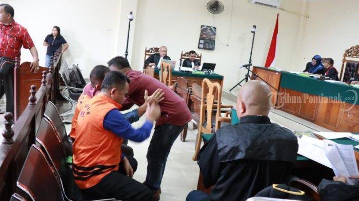 FOTO: Sidang Lanjutan Kasus Suryadman Gidot dan Mantan Kadis PUPR Kabupaten Bengkayang Aleksius - sidang-lanjutan-gidot-4.jpg