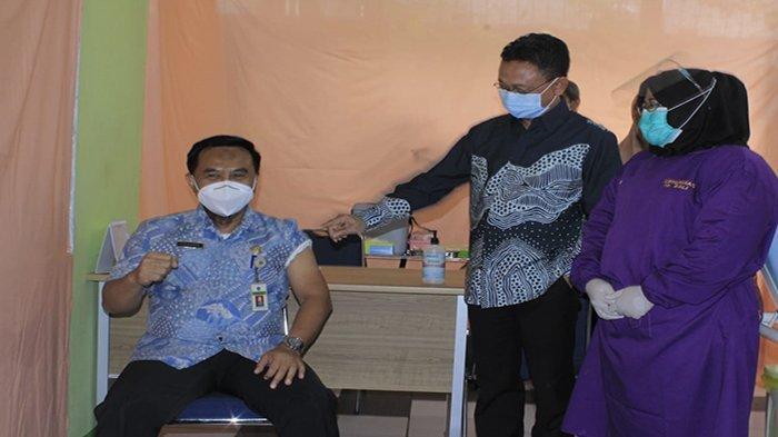 Jadi Orang Pertama Disuntik Vaksin, Kadiskes Pontianak Sidiq Handanu: Masih Sakit Digigit Nyamuk