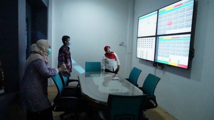 Kepala SMK SMTI Pontianak, Dra. Sih Parmawati, MM, mendampingi Tim Evaluator dari Kementerian PAN-RB untuk melihat control room kepala sekolah, Pontianak, Selasa