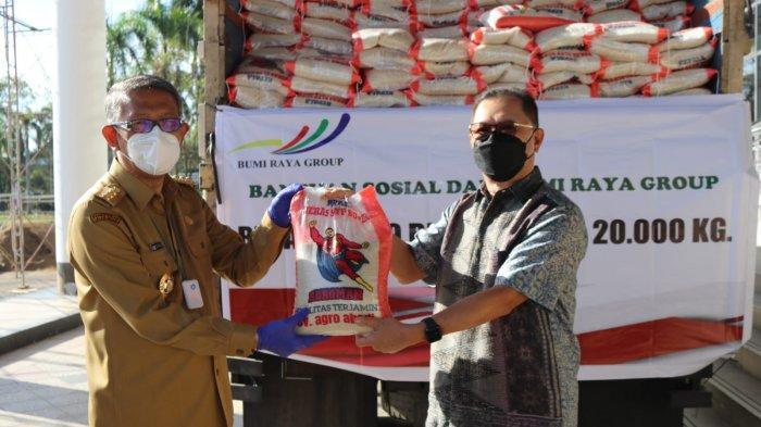 Bantu Warga Terdampak Covid-19, PT Bumi Raya Group Serakan 20 Ton Beras kepada Pemprov Kalbar