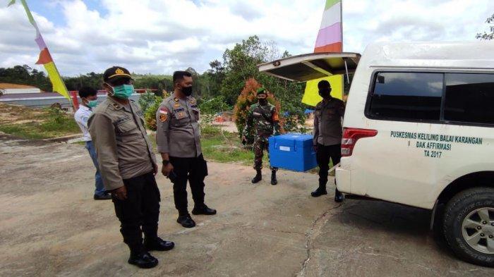 Polisi dan TNI Kabupaten Sanggau Kawal Pendistribusian Vaksin Sinovac Sampai ke Puskesmas Tujuan