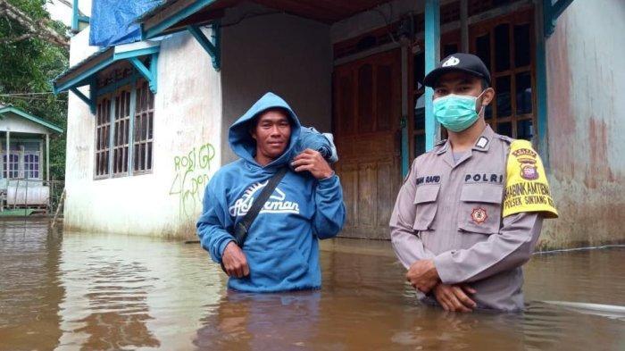 Bhabinkamtibmas Polsek Sintang Kota Monitoring Debit Air Sungai Kapuas, Segini Ketinggiannya