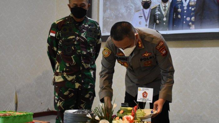 Rayakan HUT TNI ke-76, Kapolres dan Perwira Polres Sintang Kunjungi Kodim 1205 Sintang
