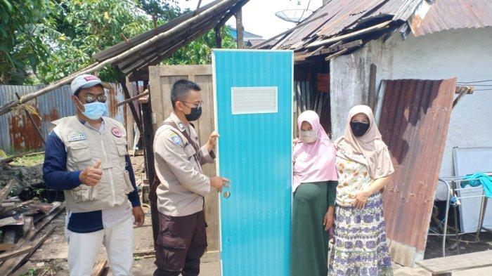 Bhabinkamtibms Sekip Lama Salurkan Bantuan Bahan Bangunan kepada Warga Kurang Mampu di Jalan Kartini