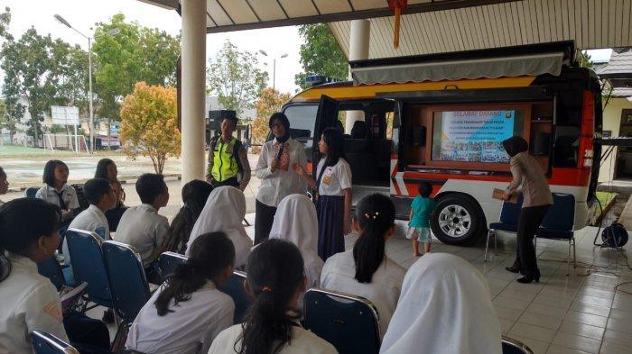 Wisata Edukasi Pelajar SMP di Polres Sekadau Diisi Pengenalan Millenial Road Safety