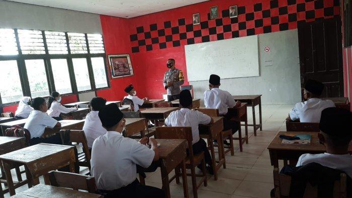 Bhabinkamtibmas Polsek Singkawang Tengah Sampaikan Imbauan Protokol Kesehatan 5M di Sekolah