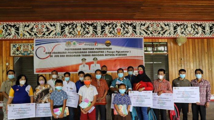 TaNa Bentarum dan YPOS Salurkan Bantuan Pendidikan dan Sosialisasi Orangutan ke Desa Datah Diaan