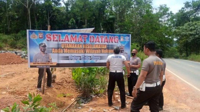 Satuan Lalulintas Polres Kubu Raya memasang Spanduk imbauan di sepanjang jalan trans kalimantan ambawang Kubu Raya, Rabu 17 Februari 2021.