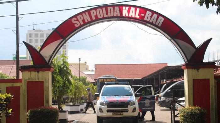 Para calon siswa baru Polri saat memasuki SPN Polda Kalbar di Kota Singkawang, Jumat 23 Juli 2021.