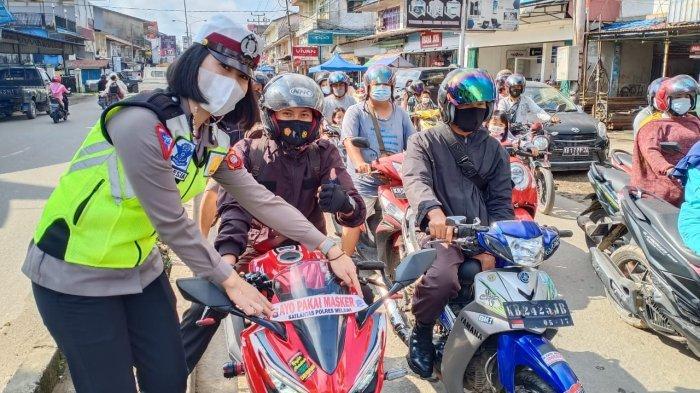 Ajak Masyarakat Patuhi Prokes, Satlantas Polres Melawi Pasang Stiker 'Ayo Pakai Masker' di Kendaraan