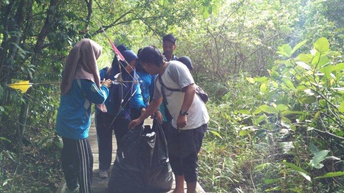 Peringati Hari Bumi, Gelar Bersih-bersih di Hutan Kota Ketapang