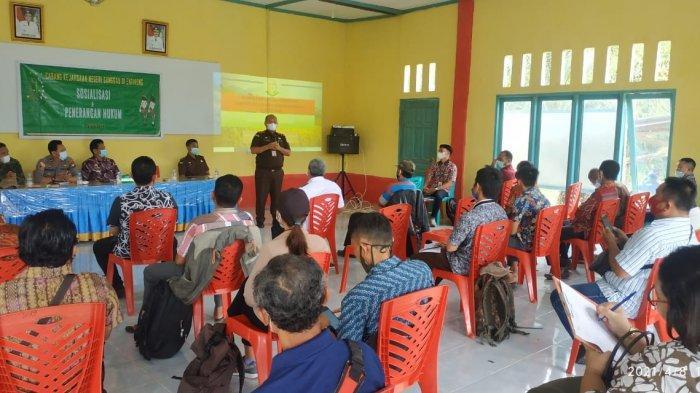Cabjari Entikong Gelar Sosialisasi dan Penerangan Hukum di Kecamatan Noyan