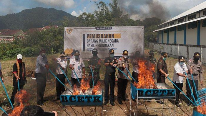 Dansatgas Yonif 642 Kapuas Hadiri Undangan Bea Cukai Entikong Dalam Kegiatan Pemusnahan BMN