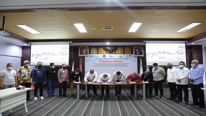 IPC Group Pontianak dan Mitra Usaha Tanda Tangani Deklarasi Bersama Pelabuhan Bersih - suasana-penandatanganan-komitmen-bersama-untuk-menciptakan-pelabuhan-bersih.jpg