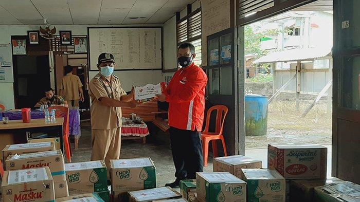PMI Sanggau Serahkan Bantuan Kepada Warga Terdampak Angin Puting Beliung di Desa Bahta