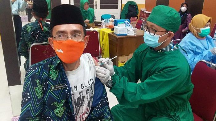 Kepala Desa di Kubu Raya Diberikan Vaksinasi, Sudirman Akui Ingin Berikan Contoh Kepada Masyarakat