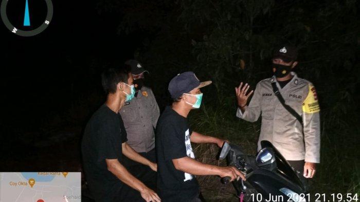 Personel Polsek Suhaid Melaksanakan Patroli Malam dan Juga Sosialisasi Prokes